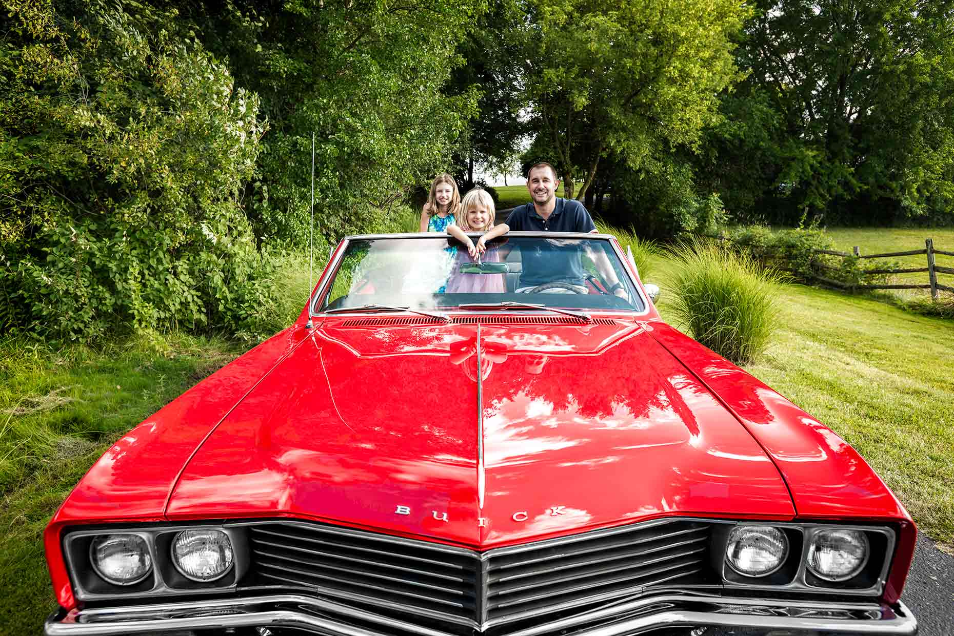 Family enjoying  a classic american car | Roby Fabro photography